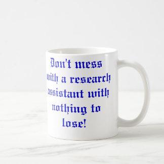 Não suje com um assistente de pesquisa… caneca