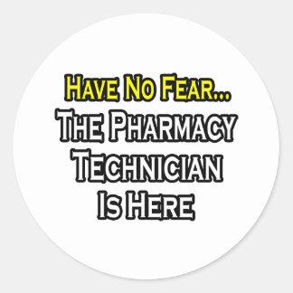 Não tenha nenhum medo, técnico da farmácia está adesivos redondos