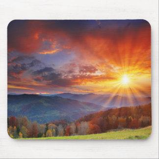 Nascer do sol majestoso na paisagem das montanhas mouse pad