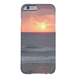 Nascer do sol no exemplo do iPhone 6 da praia Capa Barely There Para iPhone 6