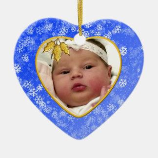 Natal do bebê azul nevado do coração o ø ornamento de cerâmica coração