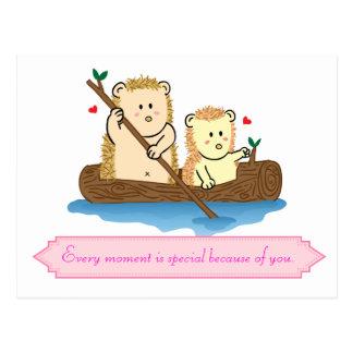 Navigação bonito do casal do ouriço no barco de cartão postal