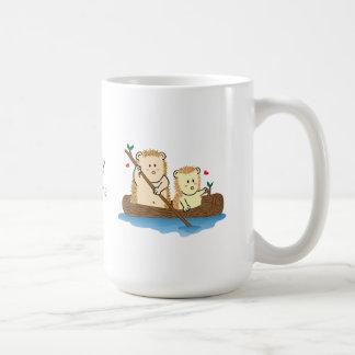 Navigação bonito do casal do ouriço no tronco de caneca de café