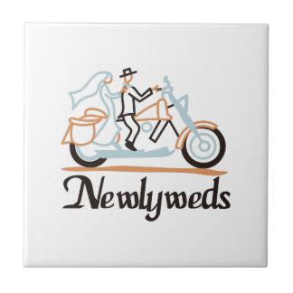Newlyweds no velomotor azulejo quadrado pequeno
