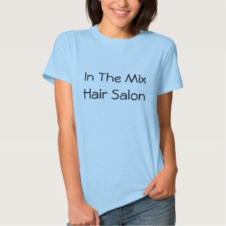 No cabeleireiro da mistura camisetas