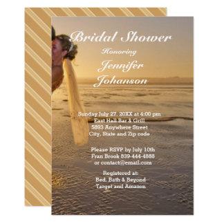 Noiva & noivo no cartão do chá de panela da praia convite 12.7 x 17.78cm