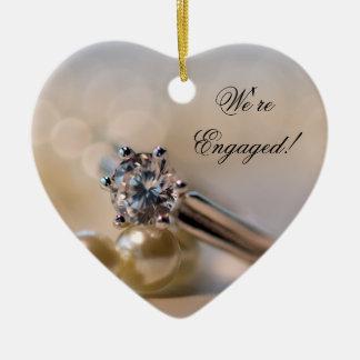 Noivado do anel de diamante e das pérolas ornamento de cerâmica