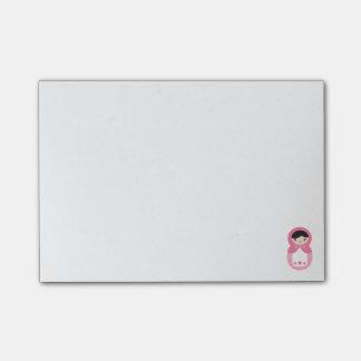 Notas de post-it cor-de-rosa da boneca de sticky note
