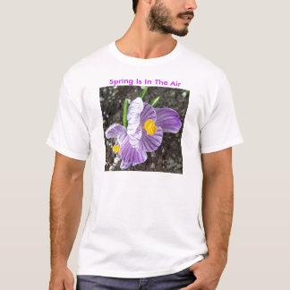 O açafrão de Lavendar, primavera está no ar Camiseta