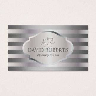 O advogado na prata moderna da lei listra o cartão de visitas