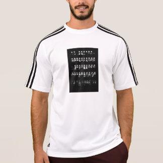 O ajustado seco de Adidas ostenta o t-shirt