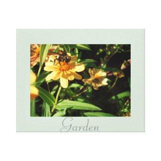 O amarelo da abelha do jardim floresce a impressão em canvas