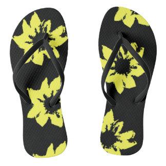O amarelo floresce chinelos