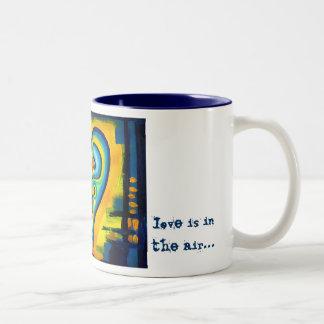 O amor azul do abstrato do coração do amor está na canecas