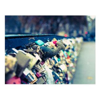 O amor de Paris Pont des Arts trava o cartão da