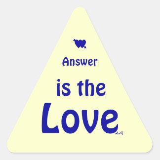 O amor é o azul da resposta na etiqueta amarela do adesivo