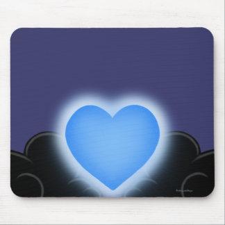 O amor é uma luz na escuridão - coração azul mouse pads