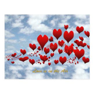 o amor está no cartão do ar cartão postal