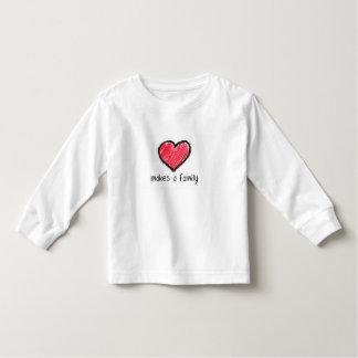 o amor faz uma família (a criança) camisetas
