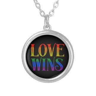 O amor ganha o pendente, igualdade do casamento, colar banhado a prata
