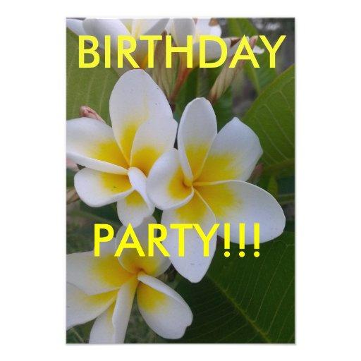 O aniversário do Frangipani convida Convite Personalizado