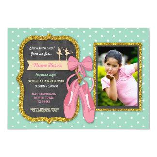 O aniversário do rosa do brilho das bolinhas da convite 12.7 x 17.78cm