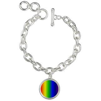 O arco-íris colore o bracelete do encanto redondo
