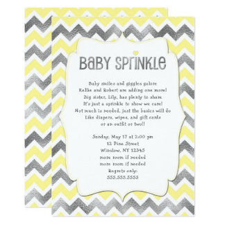 O bebê de prata amarelo polvilha o convite do chá