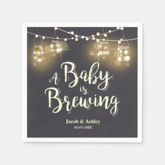 O bebê está fabricando cerveja guardanapo dos