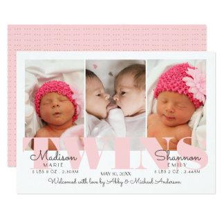 O bebé junta bonito no anúncio cor-de-rosa do