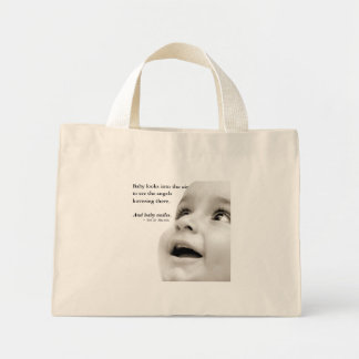 O bebê sorri o bolsa minúsculo