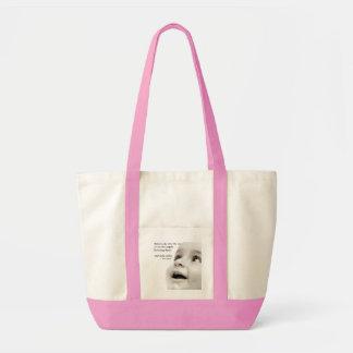 O bebê sorri rosa do saco de bolsa do impulso