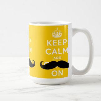 O bigode mantem a calma e continua o amarelo de | caneca