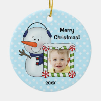 O boneco de neve caçoa a foto do Natal Ornamento De Cerâmica Redondo