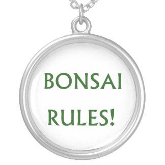 O bonsai ordena o texto verde colar banhado a prata