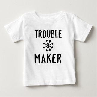 O caos do fabricante de problema caçoa a roupa do camisetas