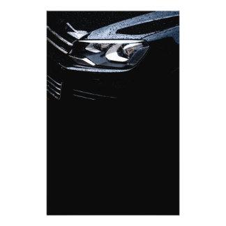 O carro preto com a chuva deixa cair nele flyer 13.97 x 21.59cm