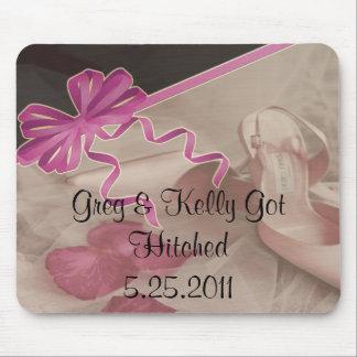 O casamento calça as pétalas cor-de-rosa mouse pad