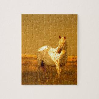 O cavalo manchado no fulgor dourado de uma quebra-cabeça