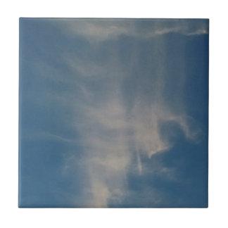 O céu azul de queda drapeja azulejos