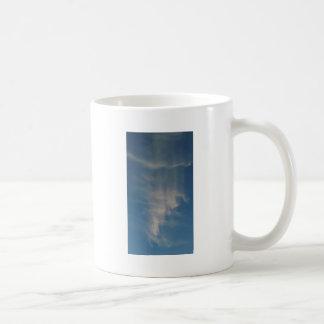 O céu azul de queda drapeja caneca de café
