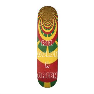 O conselho verde dourado vermelho do skate de