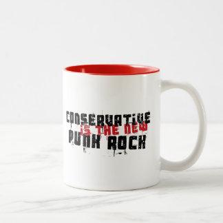 O conservador é o punk rock novo caneca de café em dois tons