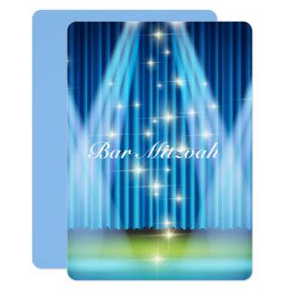 O convite de Mitzvah do bar, azul iluminou o palco
