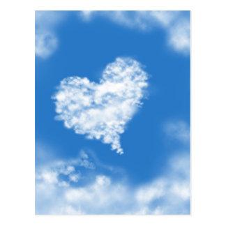 O coração azul bonito do céu deu forma ao amor cur cartão postal