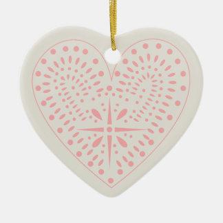 O coração cor-de-rosa dá forma ao ornamento dos