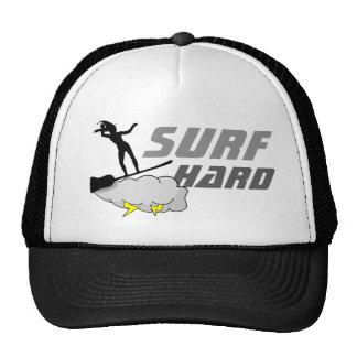 O duro do surf gosta de uma bruxa boné