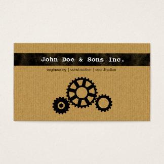 O engenheiro bonito alinha o cartão de visita do