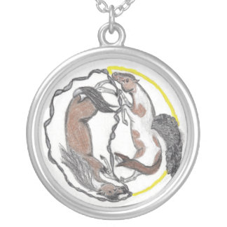 O equilíbrio da mãe e da filha colar banhado a prata