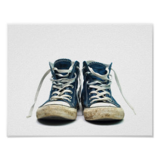o esporte sujo das sapatilhas velhas calça o fundo pôster
